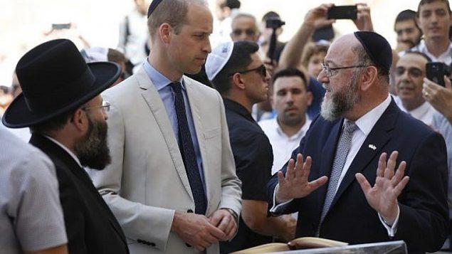 الأمير وليام البريطاني، الحاخام البريطاني الرئيسي افرايم ميرفيس، والحاخام الرئيسي لحائط المبكى شموئيل رابينوفيتش خلال زيارة لحائط المبكى، اقدس مكان يمكن لليهود الصلاة به، في القدس القديمة، 28 يونيو 2018 (AFP PHOTO / POOL / ABIR SULTAN)
