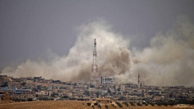 الدخان يتصاعد فوق مناطق خاضعة لسيطرة المعارضة السورية في مدينة درعا، خلال قصف من قبل قوات النظام السوري، 28 يونيو 2018 (AFP PHOTO / Mohamad ABAZEED)