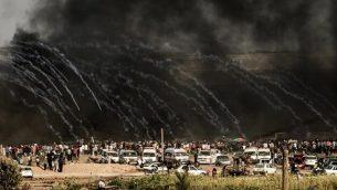 أطلقت القوات الإسرائيلية الغاز المسيل للدموع باتجاه المتظاهرين شرق مدينة غزة على طول الحدود بين قطاع غزة وإسرائيل، في 29 يونيو / حزيران 2018، خلال مواجهات مع المحتجين الفلسطينيين. (AFP PHOTO / MAHMUD HAMS)