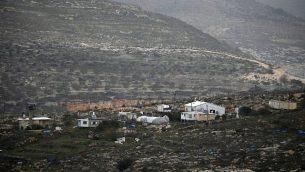 صورة تم التقاطها في 8 فبراير، 2017، من قرية ياسوف الفلسطينية تظهر بؤرة 'كفار تبواح الغربية' الاستيطانية، الواقعة بالقرب من مستوطنة كفار تبواح. (AFP Photo/Jaafar Ashtiyeh)