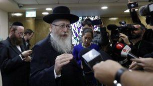 وزير الصحة يعكوب ليتسمان، وهو أيضاً رئيس حزب يهدوت هتوراة المتحد المتطرف، يتحدث إلى الصحفيين بعد تسليمه استقالته لرئيس الوزراء بنيامين نتنياهو (غير مرئي) في القدس، 26 نوفمبر / تشرين الثاني 2017. (AFP / GALI TIBBON)