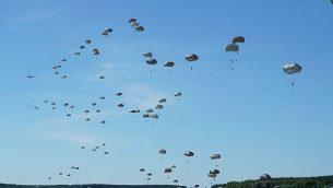 عشرات المظليين الإسرائيليين يهبطون في الأراضي البولندية  في إطار مناورة 'الرد السريع' العسكرية بقيادة الولايات المتحدة في أوروبا، يونيو 2018.   (Israel Defense Forces)