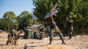 جنود من وحدة 'راكبي السماء' في الجيش الإسرائيلي يطلقون طائرة مسيرة من طراز 'سكايلارك' خلال تدريب (Israel Defense Forces)
