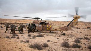 توضيحية: الجيش الإسرائيلي يجري مناورة عسكرية في جنوب إسرائيل في 27 نوفمبر، 2017. (Amit Shechter/Israel Defense Forces/Flickr)