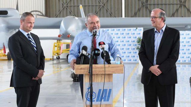 وزير الدفاع افيغادور ليبرمان خلال جولة في شركة صناعات الفضاء الإسرائيلية، 18 يونيو 2018 (Shahar Levy/Defense Ministry)