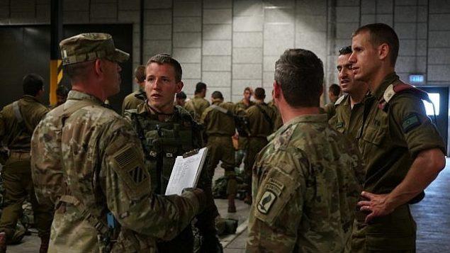 مظليون إسرائيليون يتحدثون مع جنود أمريكييين  خلال مناورة 'الرد السريع' العسكرية بقيادة الولايات المتحدة في أوروبا، يونيو 2018.   (Israel Defense Forces)