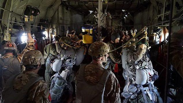 مظليون إسرائيليون يستعدون للهبوط في إطار مناورة 'الرد السريع' العسكرية بقيادة الولايات المتحدة في أوروبا، يونيو 2018.   (Israel Defense Forces)