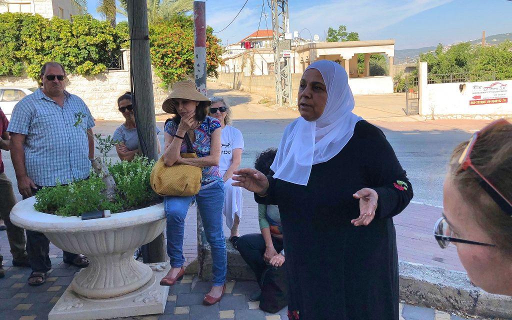في كفر قرع، توضح آمنة كناعنة، مؤسسة برنامج الوعي 4U، كيفية الاستعداد لشهر رمضان، يونيو 2018. (Amanda Borschel-Dan / Times of Israel)