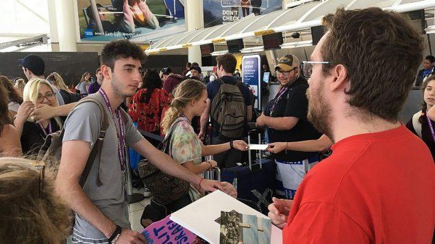 """عضو  'إف نات ناو' ، آندي راتو ، مع المشاركين في رحلة """"بيرثرايت"""" في مطار جون كنيدي في نيويورك، يوم الاثنين، 18 يونيو ، 2018. (Steven Davidson / Times of Israe)"""