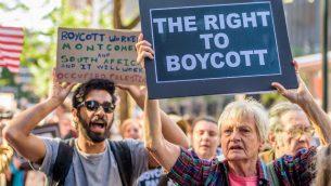 توضيحية: متظاهرون أمام مكتب حاكم ولاية نيويورك، أندرو كومو، احتجاجا على إصداره لأمر تنفيذي يلزم الشركات الأمريكية بسحب استثماراتها من منظمات تدعم حركة BDS، 9 يونيو، 2016.  (Erik McGregor/Pacific Press/LightRocket/Getty Images)