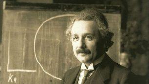 ألبرت أينشتاين ، أثناء محاضرة في فيينا عام 1921. (ويكيبيديا/المجال العام)
