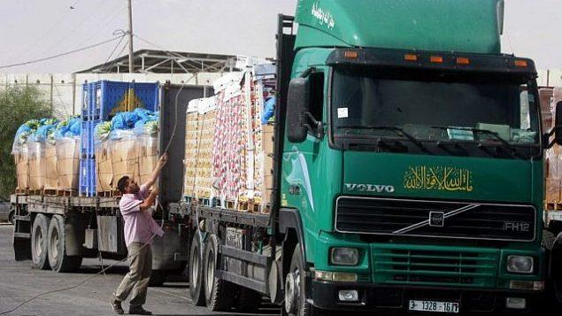 تدخل الشاحنات المحملة بالمساعدات إلى قطاع غزة من إسرائيل عبر معبر كيرم شالوم في 12 أكتوبر / تشرين الأول 2014 في رفح جنوب قطاع غزة. (Abed Rahim Khatib/Flash90)