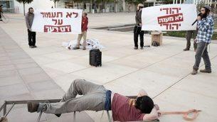 ناشطون يمينيون يشاركون في مظاهرة في تل أبيب يمثّلون مشهد تعذيب للشاباك ضد المشتبهين بالإرهاب اليهود. (Tomer Neuberg/Flash90)