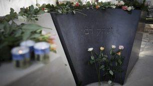 زهور تم وضعها على ضريح رئيس الوزراء الراحل يتسحاق رابين خلال مراسم تذكارية لإحياء الذكرى ال21 لاغتياله في مقبرة 'جبل هرتسل' في القدس، 4 نوفمبر، 2016. (Yonatan Sindel/Flash90)