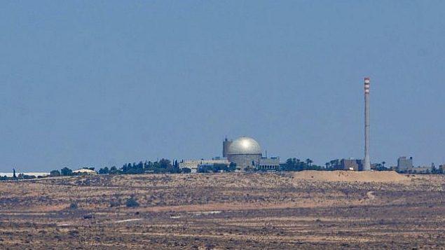 منظر للمفاعل النووي في ديمونا، جنوب إسرائيل، في عام 2016. (Moshe Shai / FLASH90)