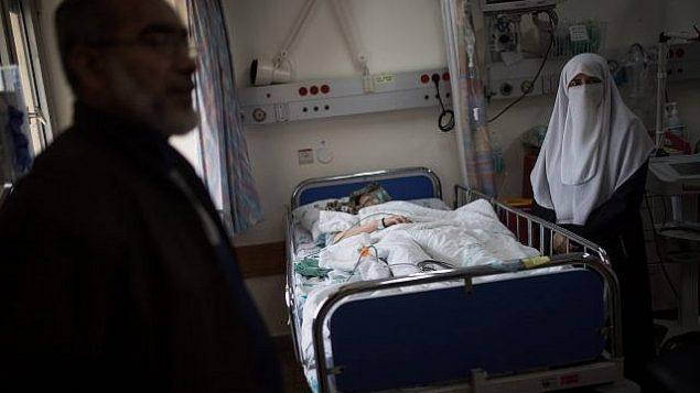 صورة توضيحية: امرأة فلسطينية تتلقى العلاج في مركز وولفسون الطبي في مدينة حولون الإسرائيلية، في 11 أبريل، 2018. (Hadas Parush / Flash90)