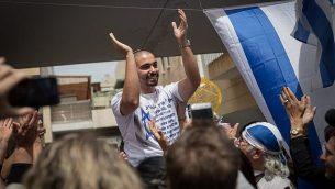 إيلئور عزاريا الجندي الإسرائيلي الذي قتل بالرصاص مهاجم فلسطيني اعزل في مدينة الخليل بالضفة الغربية في 24 مارس / آذار 2016، بعد إطلاق سراحه من السجن العسكري، حيث تحتفل عائلته بعودته خارج منزلهم في الرملة في 8 مايو / أيار 2018. (Hadas Parush/Flash90)