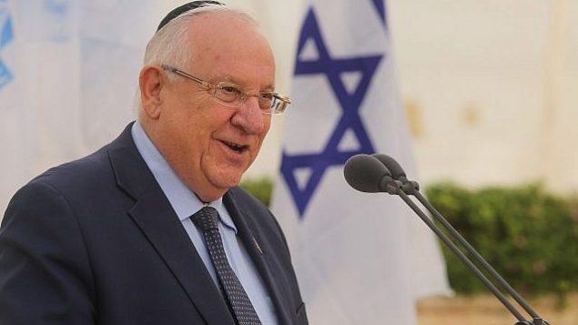 الرئيس رؤوفين ريفلين يتحدث في حفل التأبين السنوي لضحايا قضية علطلنا، في تل أبيب في 30 مايو، 2018. (Marc Israel Sellem / POOL)