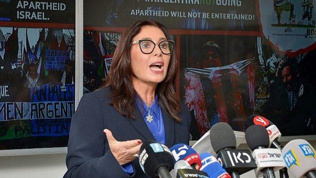 وزيرة التربية والثقافة ميري ريغيف في مؤتمر صحفي عُقد في مكاتب الوزارة في تل أبيب، 6 يونيو، 2018.  (Yossi Zeliger/Flash90)