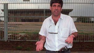 عضو الكنيست حينذاك غونين سيغف خارج مبنى الكنيست، 15 مارس، 1993.  (Flash90)