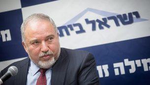 وزير الدفاع أفيغدور ليبرمان يترأس جلسة لحزب يسرائيل بيتينو في الكنيست، 18 يونيو 2018 (Miriam Alster/Flash90)