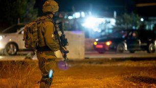 جندي اسرائيلي بالقرب من موقع هجوم دهس مفترض بالقرب من قرية حوسان في الضفة الغربية، 23 يونيو 2018 (Flash90)
