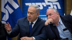 رئيس الوزراء بينيامين نتنياهو ورئيس الإئتلاف دافيد أمسالم في جلسة لكتلة حزب 'الليكود' ي الكنيست، 25 يونيو، 2018 (Yonatan Sindel/Flash90)