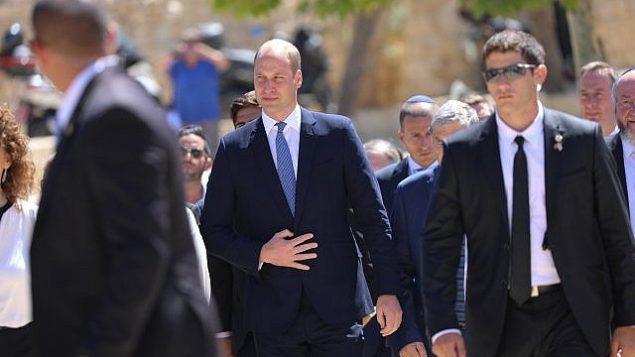 الأمير وليام يصل متحف ياد فاشيم في ذكرى المحرقة بالقدس، 26 يونيو 2018 (Yonatan Sindel/Flash90)