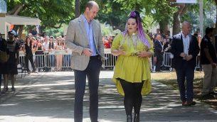 الأمير ويليام دوق كامبريدج، يسير مع الفائزة بمسابقة 'يوروفيجن' الغنائية لعام 2018، نيطع برزيلاي، في جادة روتشيلد في مدينة تل أبيب، 27 يونيو، 2018. (Marc Israel Sellem/pool/via Flash90)