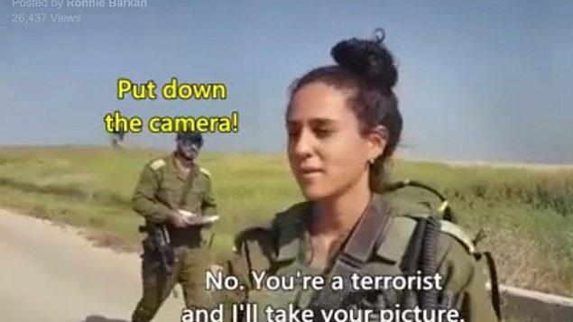 لقطة شاشة من من مقطع فيديو تم تصويره في أبريل 2018 تظهر نشطاء يساريين يقولون لجنود إسرائيليين على حدود قطاع غزة بأنهم 'إرهابيون' بقومون ب'ذبح مدنيين أبرياء'.  (Facebook)