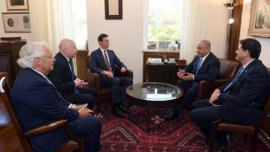 رئيس الوزراء بنيامين نتنياهو (ثاني من اليمين) يلتقي في مكتبه في القدس بالسفير الى الولايات المتحدة رون ديرمر (يمين)؛ مستشار البيت الابيض جارد كوشنر (مركز)؛ السفير الامريكي دافيد فريدمان (ثاني من اليسار)؛ والمبعثو الامريكي الخاص جيسون غرينبلات، 22 يونيو 2018 (Haim Zach/GPO)