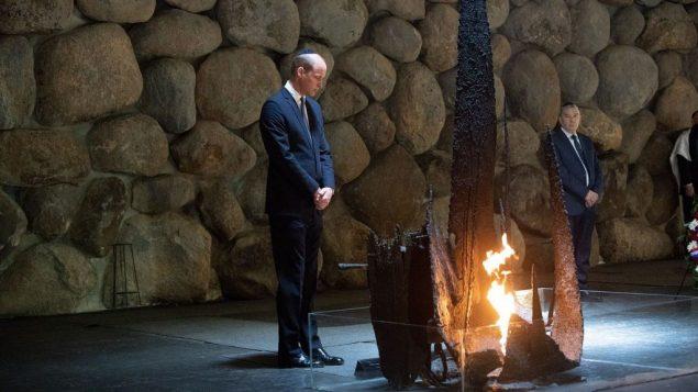 الأمير وليام خلال مراسيم وضع اكليل زهور في 'صالة الذكرى'، في متحف ياد فاشيم  في ذكرى المحرقة في القدس، 26 يونيو 2018 (Ben Kelmer)