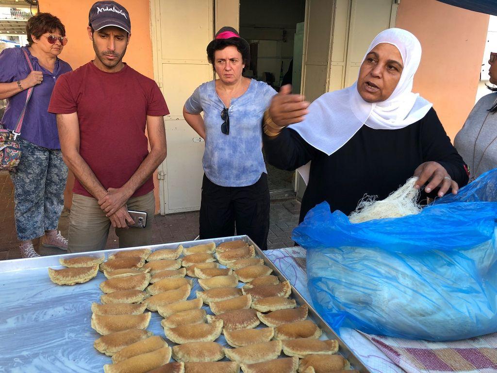 في كفر قرع، تشرح آمنة كنانعة كيفية تحضير الحلويات الرمضانية الممتلئة، المعروفة باسم قطايف، يونيو 2018. (Amanda Borschel-Dan/Times of Israel)
