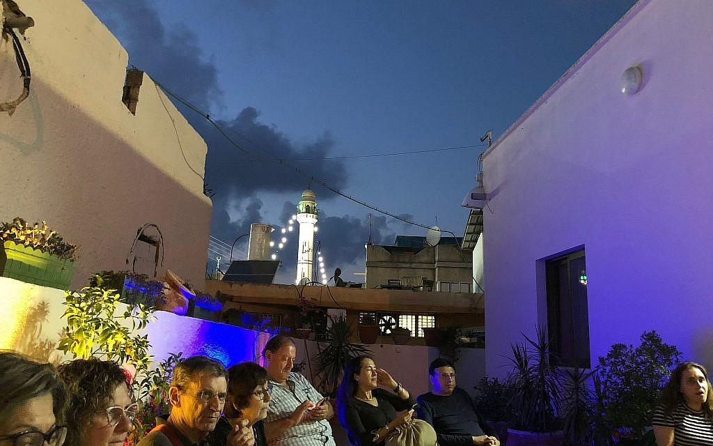 """مسجد كفر قرع المضاء من باحة المواطنة آمنة كناعنة خلال جولة تسمى """"ليالي رمضان""""، يونيو 2018. (Amanda Borschel-Dan / Times of Israel)"""