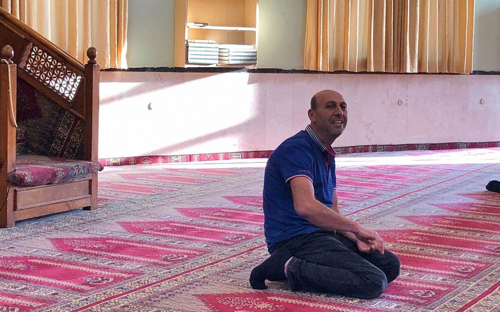 الشيخ عايد زيد يشرح أركان الإسلام ورمضان في مسجد كفر قرع، يونيو 2018. (Amanda Borschel-Dan / Times of Israel)