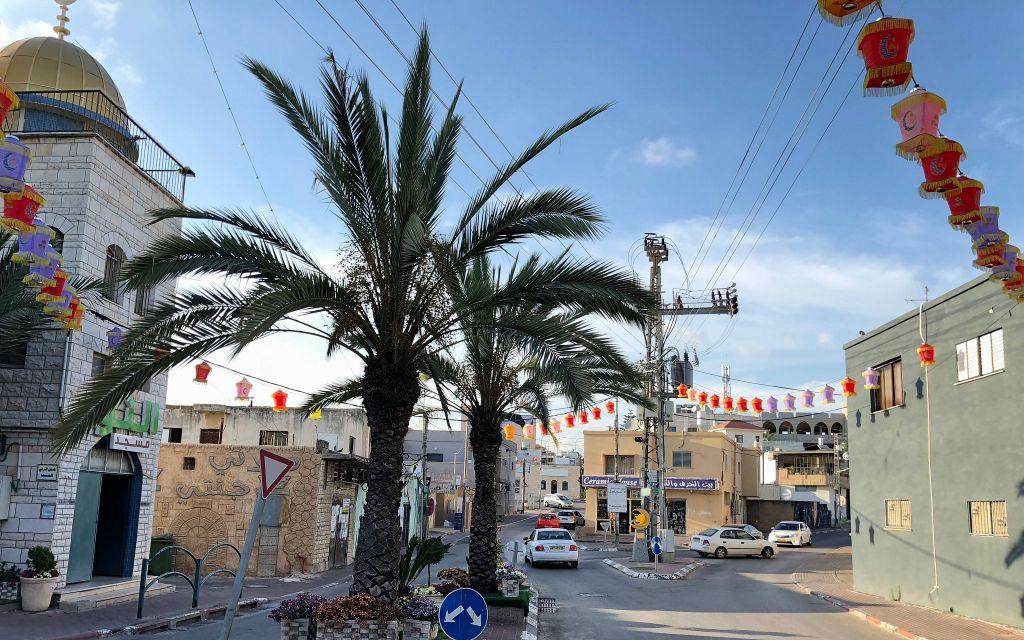 وسط مدينة كفر قرع بزينة رمضان، يونيو 2018. (Amanda Borschel-Dan / Times of Israel)