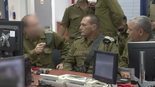 رئيس هيئة اركان الجيش غادي ايزنكوت يتحدث مع ضباط استخبارات في شعبة غزة، 29 مايو 2018 (Israel Defense Forces)