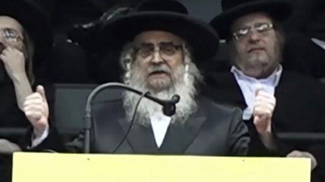 حاخام ساتمار، آرون تيتلباوم، يلقي خطابا أمام الآلاف من أتباعه في 'كولوسيوم ناساو' في لونغ آيلاند بولاية نيويورك، 3 يونيو، 2018.  (Screen capture: YouTube)