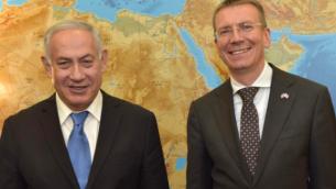 وزير الخارجية اللاتفي إدغارز رينكفيتش، يمين، مع رئيس الوزراء نتنياهو، في القدس، يونيو 2018 (تويتر)