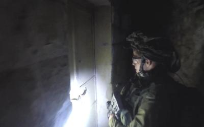 جندي اسرائيلي يعتقل عضو مشتبه به في خلية تابعة لحماس في شمال الضفة الغربية في ابريل 2018 (Shin Bet)