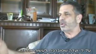 الوزير الإسرائيلي السابق غونين سيغف خلال مقابلة أجريت معه في نيجيريا في عام 2016. (لقطة شاشة: Hadashot TV)