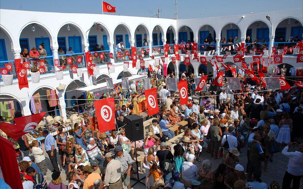 كنيس لغريبه في جربة بتونس، مليء باليهود الذين يحتفلون بهيلولة سنوية، أو ذكرى للاحتفال بذكرى وفاة رجل مقدس. (Larry Luxner/ Times of Israel)