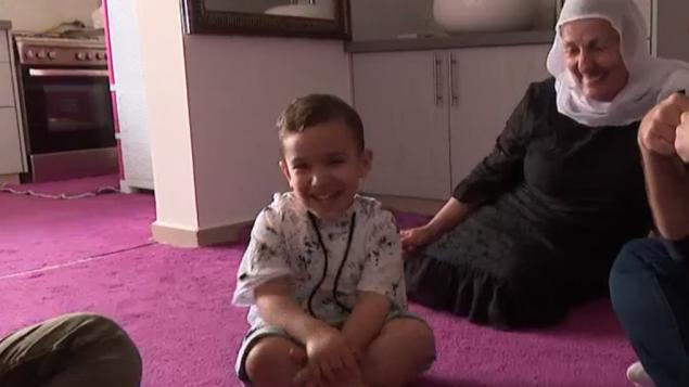 اونيل محمود، طفل درزي من مجدل شمي يتحدث الانجليزية بطلاقة (Screen capture: Channel 10)