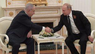 رئيس الوزراء بينيامين نتتنياهو والرئيس الروسي فلاديمير بوتين في الكرملين، 9 مايو، 2018. (Amos Ben Gerschom/GPO)