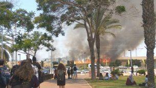 طلاب في كلية سابير في مدينة سديروت يشاهدون حريق كبير في كيبوتس نير عام في جنوب اسرائيل، على ما يبدو نتج عن 'طائرة ورقية حارقة' اطلقت من قطاع غزة، 5 يونيو 2018 (Tair Alush)