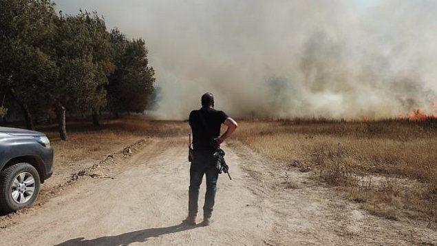 ضابط أمن في منطقة إشكول يستجيب لبلاغ عن حريق في أحد الحقول في جنوب إسرائيل، 5 يونيو، 2018. (المجلس الإقليمي إشكول)