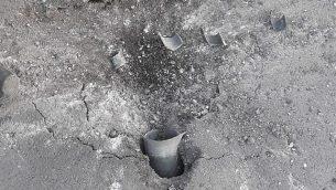 صاروخ تم إطلاقه من قطاع غزة سقط في شارع في أحد التجمعات السكنية في منطقة إشكول، 20 يونيو، 2018. (منطقة إشكول)