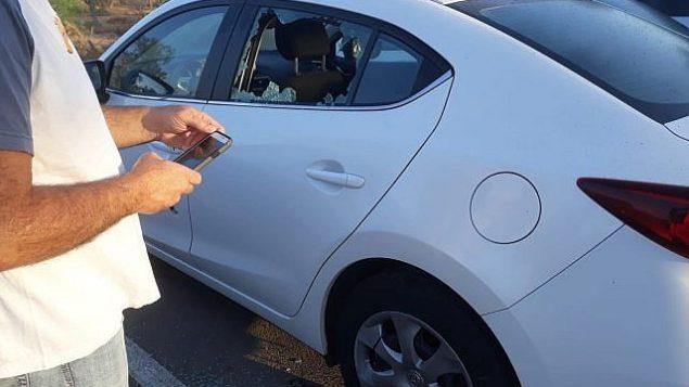 سيارة تضررت نتيجة سقوط صاروخ اطلق من غزة في احدى بلدات منطقة اشكول، 20 يونيو 2018 (Eshkol Regional Council)