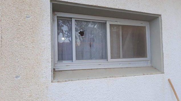 اضرار لمنزل ناتجة عن سقوط صاروخ اطلق من غزة في احدى بلدات منطقة اشكول، 20 يونيو 2018 (Eshkol Regional Council)