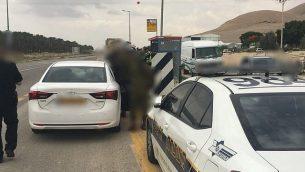 توضيحية: الشرطة الإسرائيلية توقف سيارة في الضفة الغربية في 20 يونيو / حزيران 2018. (الشرطة الإسرائيلية)